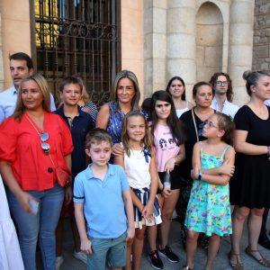 a alcaldesa acompañada de los chicos y chicas de Apandapt inauguran la Feria de Agosto desde la balconada del Ayuntamiento