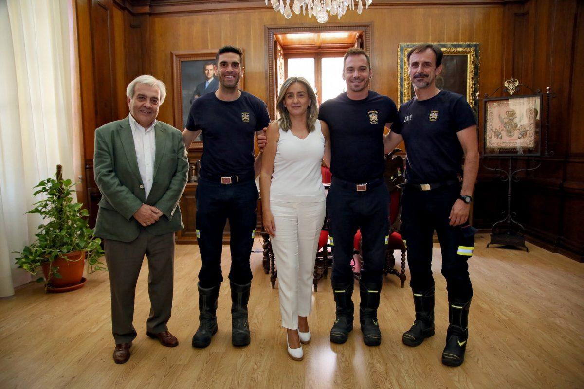 http://www.toledo.es/wp-content/uploads/2019/08/03_reunion_bomberos-1200x800.jpg. Milagros Tolón se interesa por la recuperación de los bomberos heridos y les traslada la carta de agradecimiento del padre del menor rescatado