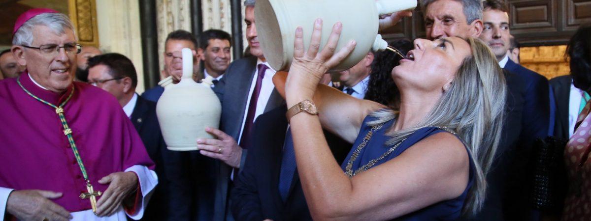 La alcaldesa cumple la tradición de beber…