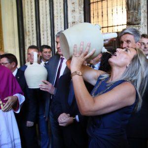 a alcaldesa cumple la tradición de beber agua del pozo de la Virgen en los botijos y destaca el valor de las tradiciones toledanas