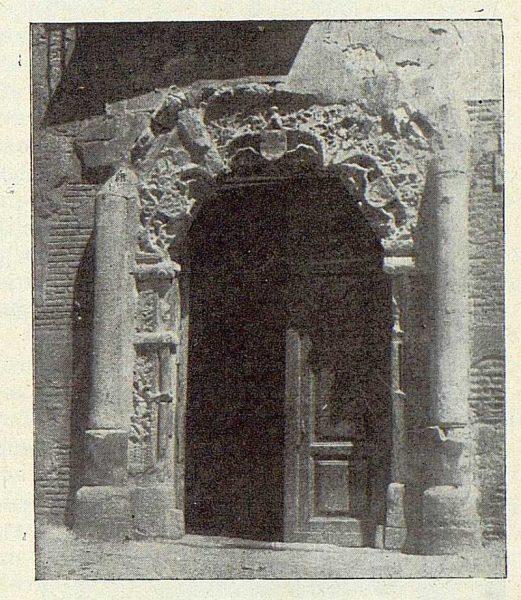 024_TRA-1922-185-Calle del Instituto 07, portada gótica