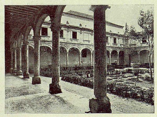038_TRA-1930-278-Alcalá de Henares, universidad, patio
