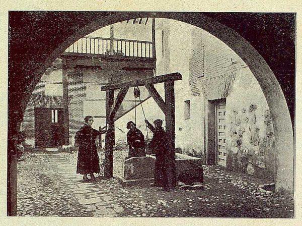040_TRA-1930-281-282-Alcalá de Henares, hostería del Estudiante, patio del pozo