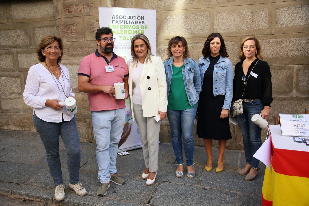 https://www.toledo.es/wp-content/uploads/2019/09/04_cuestacion_alzheimer.-1200x800.jpg. La alcaldesa respalda la recaudación de fondos para la Asociación de Familiares de Enfermos de Alzheimer (AFA Toledo)