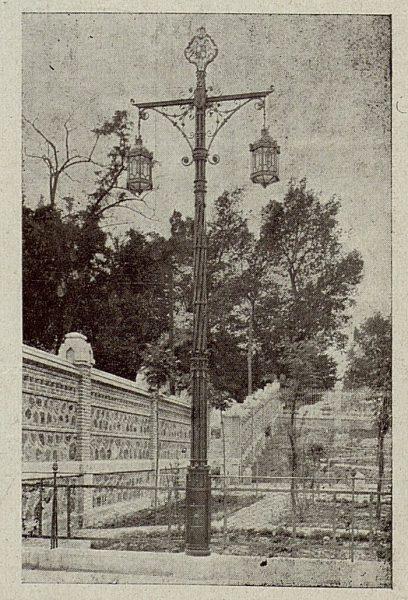 087_TRA-1921-172 - Columna y faroles de Julio Pascual