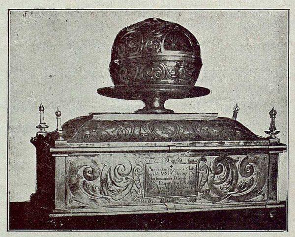 108_TRA-1921-175 - Urna sepulcral donde se conservan los restos de Beatriz de Silva