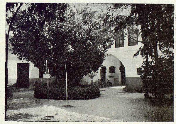 130_TRA-1922-189-Casa de Polán de Luis Hernando, patio del moral-Foto Rodríguez