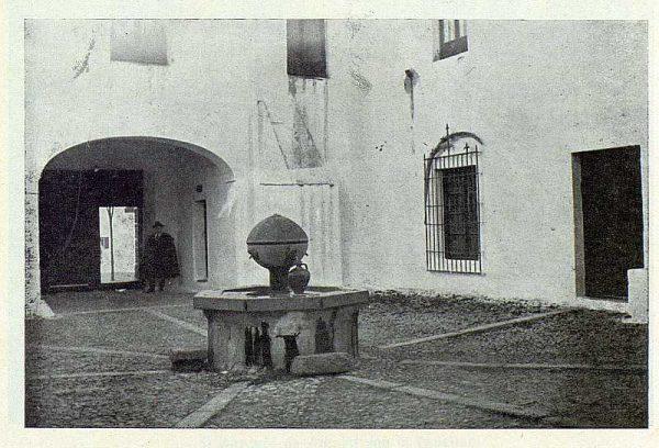 139_TRA-1923-191-La casona de San Martín de Pusa, patio
