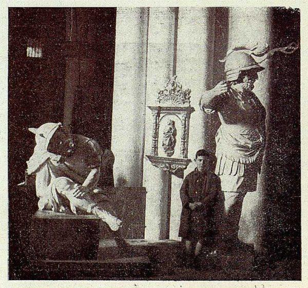 150_TRA-1928-254-Catedral, Monumento, guerrero de madera-Foto Rodríguez