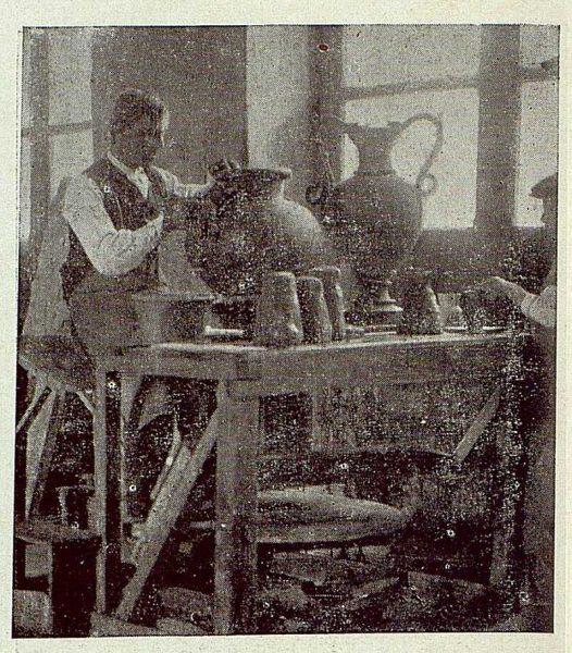 152_TRA-1920-149-Cerámica de Talavera Ruiz de Luna, pegando asas