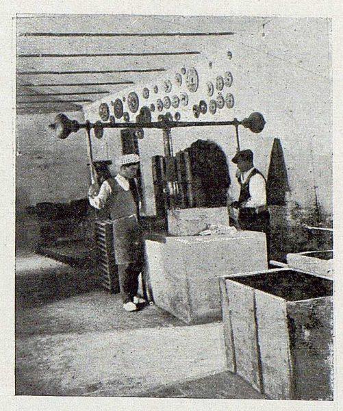 154_TRA-1920-149-Cerámica de Talavera Ruiz de Luna, prensando azulejos