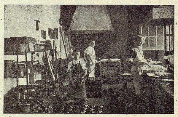 221_TRA-1923-197-Hija de Donato Fernández, confitería, uno de los obradores