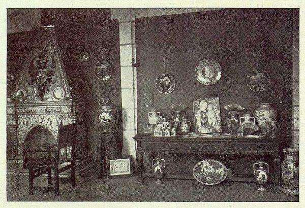 252_TRA-1923-198-Exposición de cerámica Ruiz de Luna, chimenea y mesa de cacharros pequeños