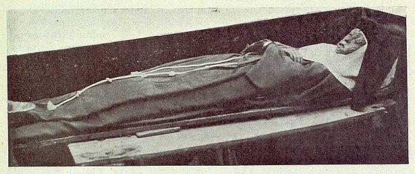 302_TRA-1922-187-Convento de Concepcionistas en Torrijos, cuerpo incorrupto de Teresa Enríquez-Foto Vegue