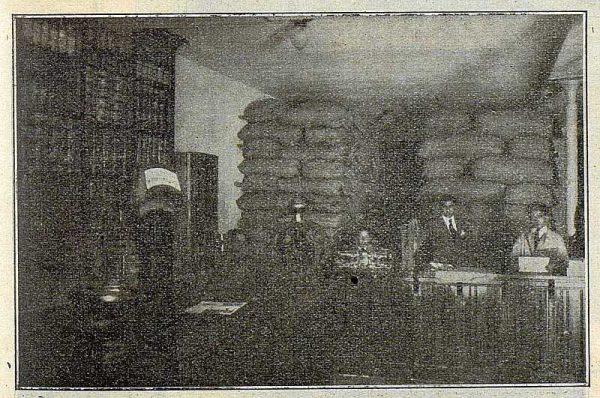 316_TRA-1922-187-Hijo de B. Escobar, interior del almacén