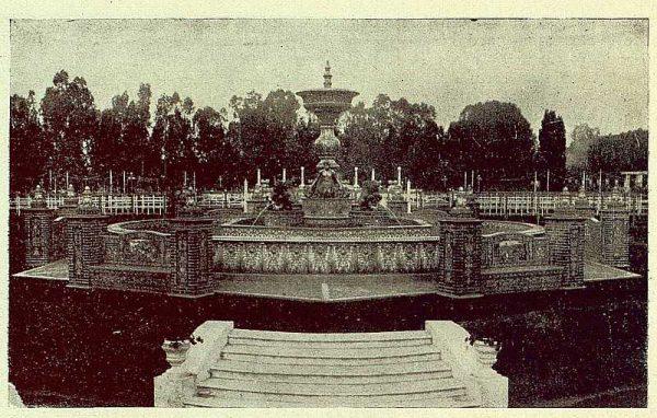 338_TRA-1930-279-Rosario-Argentina, regalo de una fuente de cerámica, la fuente instalada-Foto Rodríguez