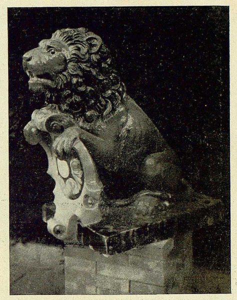 339_TRA-1930-279-Rosario-Argentina, regalo de una fuente de cerámica, uno de los leones-Foto Rodríguez