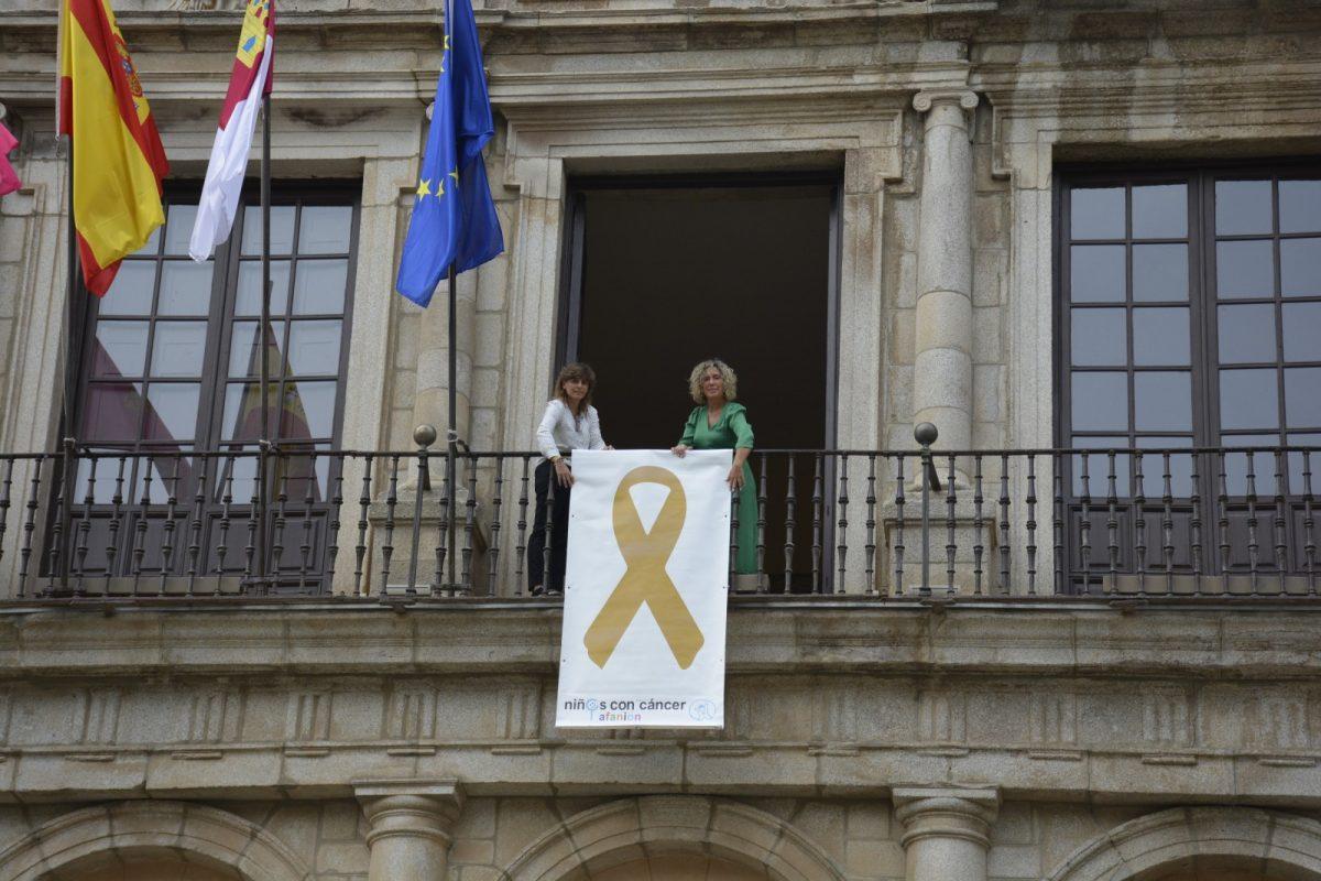 https://www.toledo.es/wp-content/uploads/2019/09/afanion-lazo-dorado-1200x800.jpg. El Ayuntamiento se suma al movimiento #PaintGold con el lazo dorado de la Asociación de Niños con Cáncer en su fachada