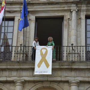l Ayuntamiento se suma al movimiento #PaintGold con el lazo dorado de la Asociación de Niños con Cáncer en su fachada