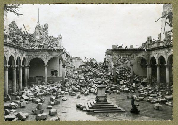 Año 1943-04-06 - Desescombro Patio de Carlos V_5
