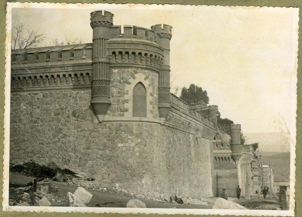 Año 1944-02-13 - Camino del muro almenado