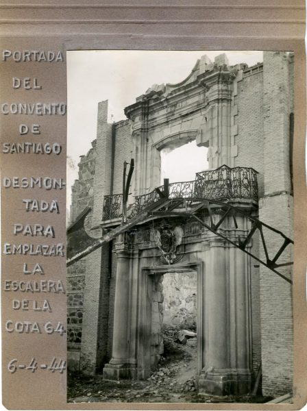 Año 1944-04-06 - Portada del Convento de Santiago desmontada para emplazar la escalera de la cota 64_1