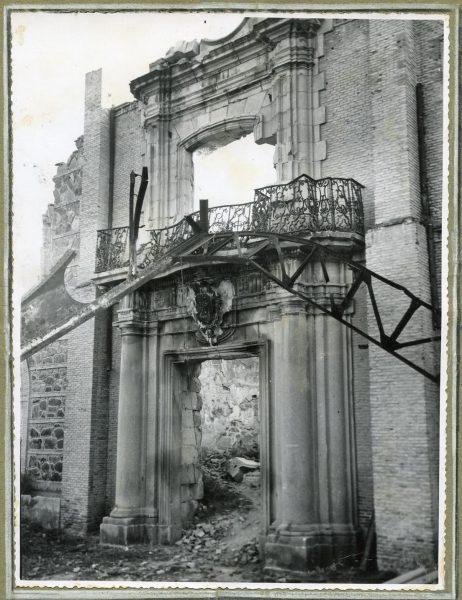 Año 1944-04-06 - Portada del Convento de Santiago desmontada para emplazar la escalera de la cota 64_2