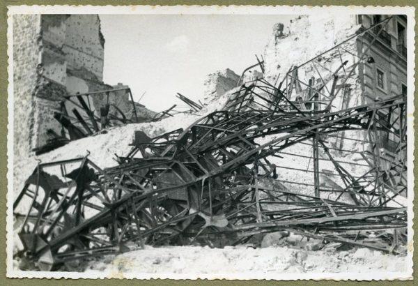 Año 1944-08-06 - Desescombro de la Fachada de Capuchinos_1