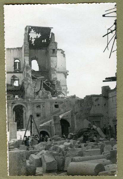 Año 1944-08-06 - Desescombro Patio de Carlos V_04