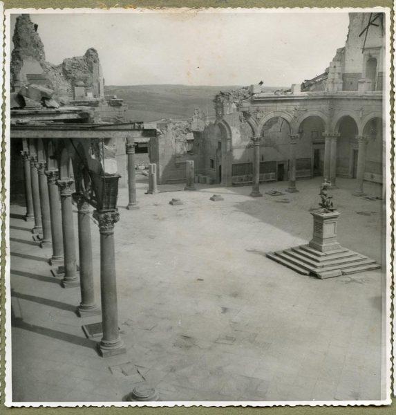 Año 1944-08-06 - Desescombro Patio de Carlos V_09