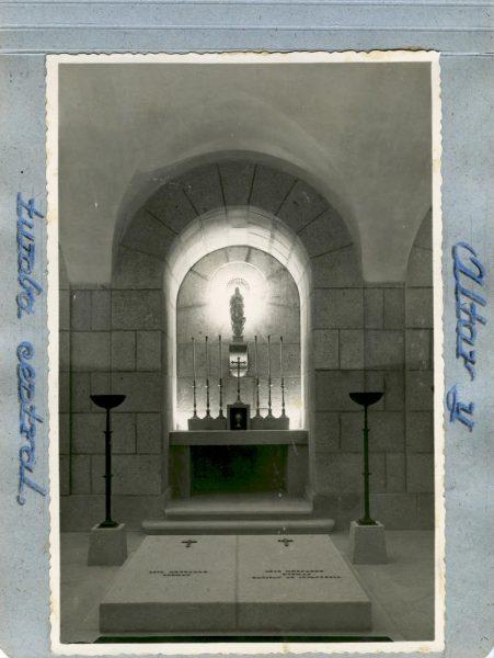 Año 1944-09-29 - Cripta_03 - Altar y tumba central