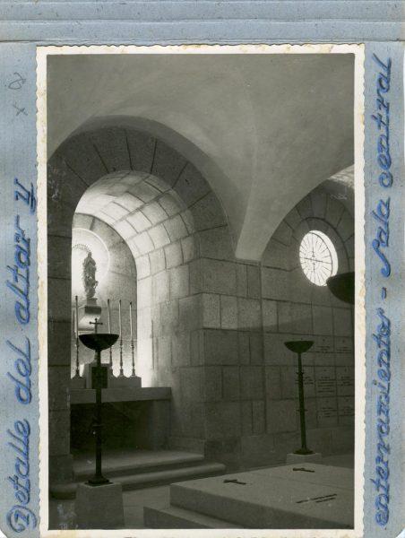 Año 1944-09-29 - Cripta_04 - Detalle del altar y enterramientos - Sala central