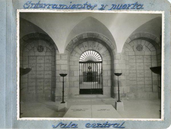 Año 1944-09-29 - Cripta_05 - Enterramientos y puerta - Sala central