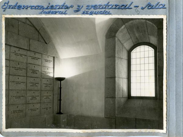 Año 1944-09-29 - Cripta_10 - Enterramientos y ventanal - Sala lateral izquierda