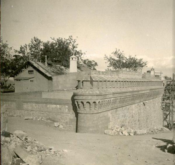 Año 1944-10-10 - Camino del muro almenado