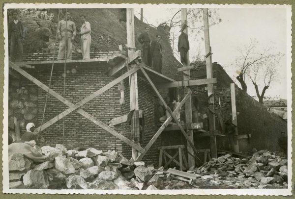 Año 1944-12-13 - Angulo de los caminos de entrada y muro almenado_1