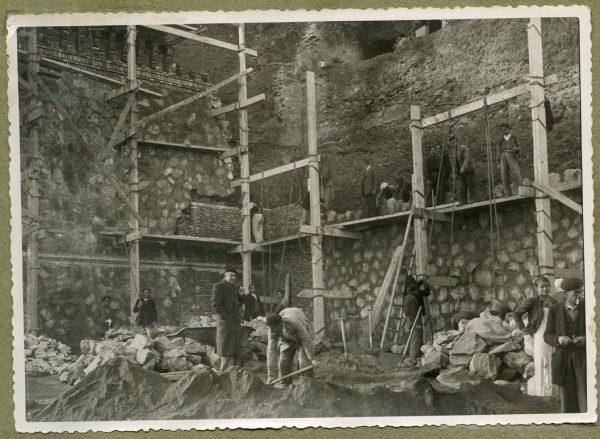 Año 1944-12-13 - Angulo de los caminos de entrada y muro almenado_2