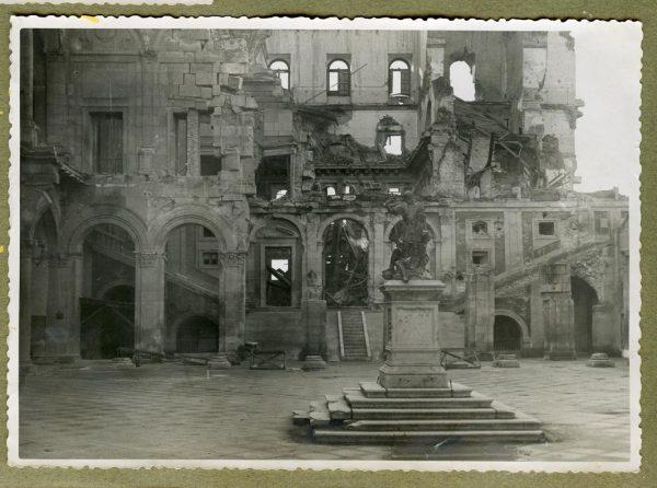 Año 1944-12-13 - Desescombro Patio de Carlos V_6