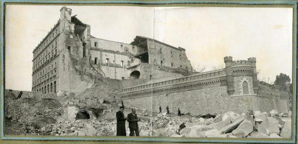 Año 1944-12-14 - Camino de salida a la fachada sur emplazado en el comedor de alumnos