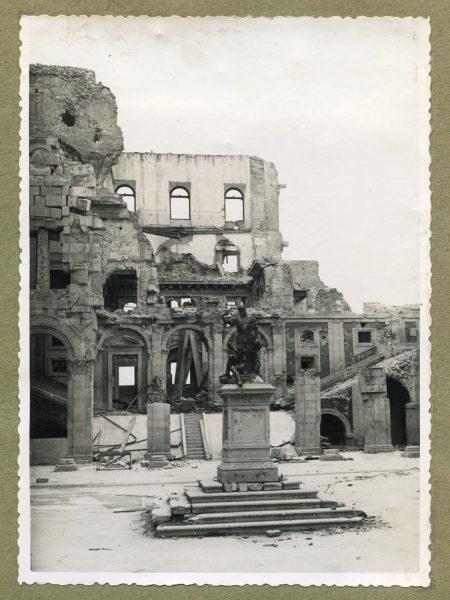 Año 1945-01-03 - Desescombro Patio de Carlos V_4