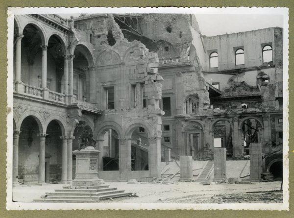 Año 1945-01-03 - Desescombro Patio de Carlos V_5