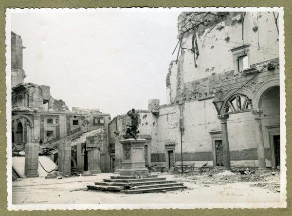 Año 1945-01-03 - Desescombro Patio de Carlos V_6