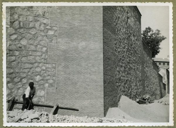 Año 1945-08-28 - Angulo de los caminos de entrada y muro almenado_4