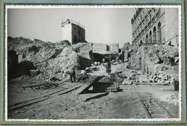 Año 1946-02-14 - Camino de salida a la fachada sur emplazado en el comedor de alumnos