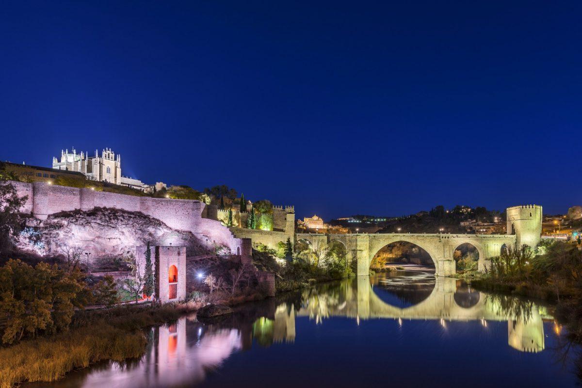 http://www.toledo.es/wp-content/uploads/2019/09/puente-san-martin-noche-2-1200x801.jpg. El Baño de la Cava y la Puerta de Alcántara se iluminarán este sábado de rojo por del Día de la Distrofia Muscular de Duchenne
