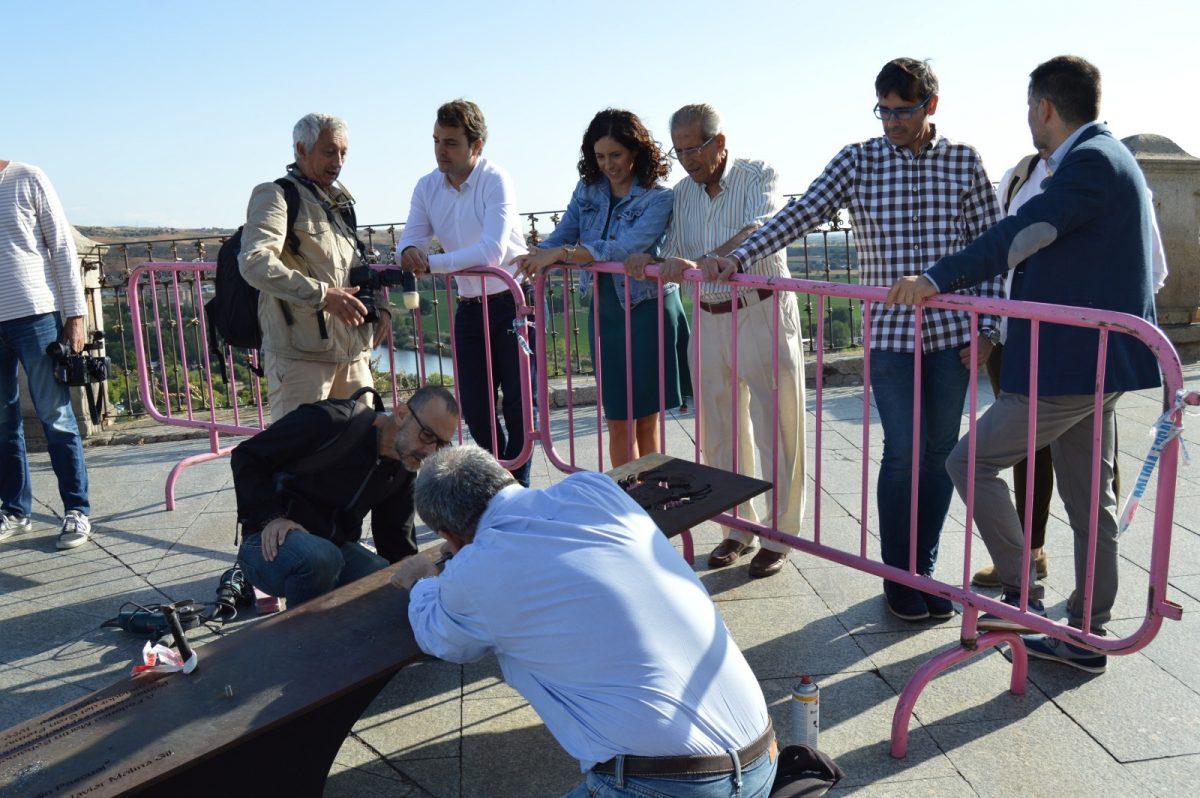 https://www.toledo.es/wp-content/uploads/2019/09/reposicion-escultura-bahamontes_1-1200x798.jpg. La escultura de Bahamontes ya está en el Miradero para recibir la Vuelta Ciclista a España tal y como comprometió la alcaldesa