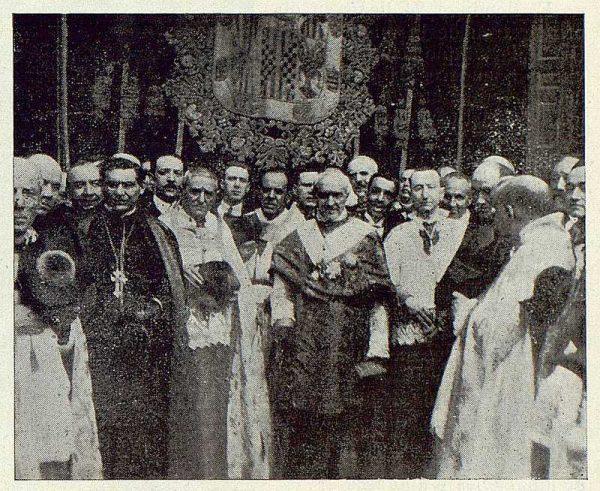 TRA-1923-196 - Enrique Reig Casanova, al pasar a la Catedral