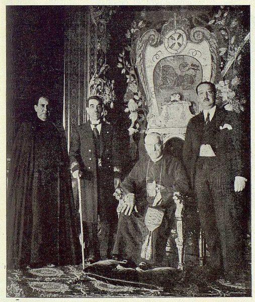 TRA-1923-196 - Enrique Reig Casanova, con las autoridades locales