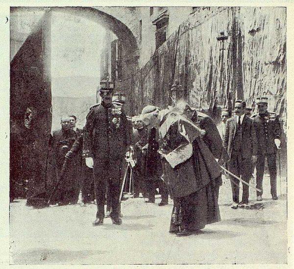 TRA-1923-196 - Enrique Reig Casanova, saludando a la Bandera