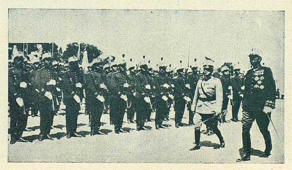 TRA-1924-208 - El Rey de Italia revistando la Academia - Foto Carmonaz
